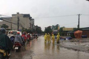 Mưa lớn vào sáng sớm, nhiều tuyến phố Hà Nội ngập cục bộ, giao thông ách tắc