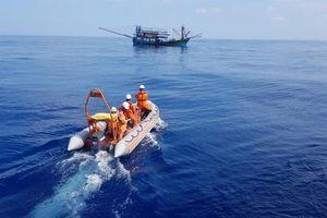 Cấp cứu thuyền trưởng tàu cá bị nạn trên biển