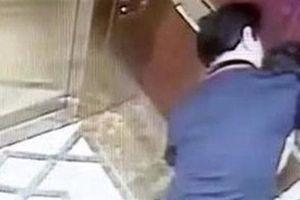 Hành vi lạ trong thang máy: Cao cấp vẫn rất lo!