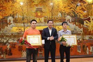 Chủ tịch UBND TP Hà Nội tặng Bằng khen cho phóng viên dũng cảm bắt cướp
