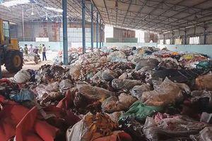 Bắt xe tải đổ trộm rác thải công nghiệp ra môi trường