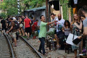 Quán cà phê bên 'đường ray tử thần' ở Hà Nội đông nghẹt khách Tây