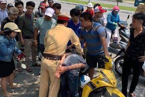 CSGT Đà Nẵng bắt nóng 2 thiếu niên cướp giật điện thoại của 2 phụ nữ chạy xe máy