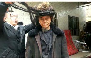 Choáng với cụ ông 54 năm chưa chịu cắt tóc