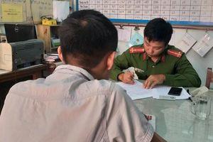 Hai người trong nhóm đánh phóng viên báo Người Lao Động đến xin lỗi