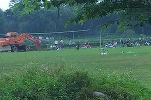 Chủ tịch xã bị kỷ luật vì chôn lợn chết trong sân bóng