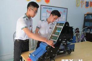 Học sinh miền núi sáng chế thành công máy thu hạt nông sản
