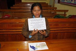 Bắt người phụ nữ mua ma túy cất ở dưới mái tranh bán kiếm lời