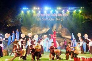 Hàng nghìn du khách tham gia 'Lễ hội tình yêu – Hòn Trống Mái'