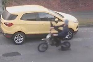 Ôtô đâm gục xe máy vì bị đạp gương chiếu hậu