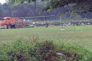 Kỷ luật 2 cán bộ chỉ đạo chôn lấp lợn chết dịch tả ở sân bóng đá