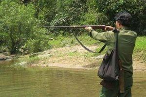 Nghi thú rừng, giương súng bắn nhầm người cùng làng