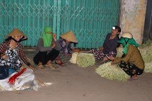 Chợ nón lá trong bóng đêm