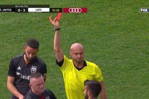 CLIP: Vào bóng kiểu 'đốn củi', Rooney nhận thẻ đỏ lãng xẹt
