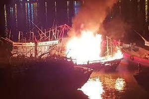 Cháy tàu cá trên sông Hàn