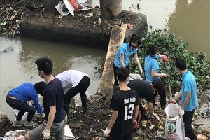 Học sinh, sinh viên tham gia chiến dịch dọn rác tại cầu Xuân Lai
