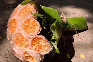 Người trẻ thích thú với hoa gói bằng lá chuối