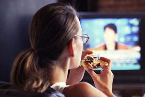 Ăn vặt lúc xem ti vi làm tăng nguy cơ trụy tim