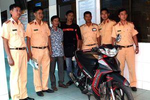 Cảnh sát giao thông trao trả xe máy cho người bị mất trộm