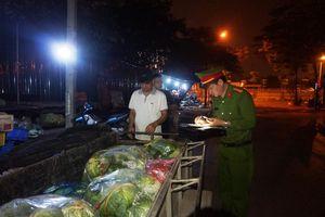 Trắng đêm dẹp loạn chợ 'cóc' phố Trần Quốc Vượng
