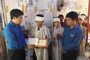 Tặng Huy hiệu 'Tuổi trẻ dũng cảm' cho 2 thanh niên cứu sinh viên đuối nước