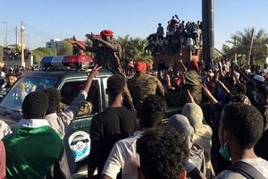 Sau Libya, súng lại nổ ở Sudan: Quân đội bảo vệ hàng ngàn người biểu tình
