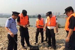 Bị bắt vì thả 40 kg rắn xuống sông cầu may