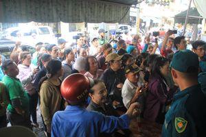 Dân xếp hàng chật kín ở chùa Ấn Quang chờ vào tiễn biệt nghệ sỹ Anh Vũ