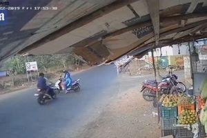Khoảnh khắc 2 xe máy va chạm kinh hoàng, người và xe văng xa vài mét