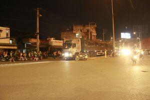 Xe máy va chạm xe container, 2 người tử vong