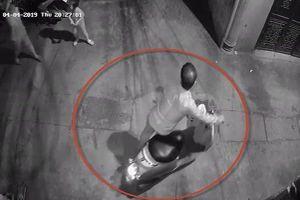 Bé gái bị dâm ô trong ngõ ở Thanh Xuân phải tạm lánh đi nơi khác