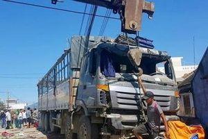 Xe tải tông sập quán nước mía, 5 người bị thương