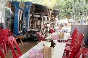 Xe tải chở chuối lao vào quán ăn, 2 người bị thương