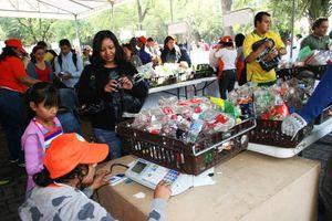 Bên trong phiên chợ độc đáo đổi rác lấy thực phẩm