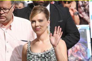 'Góa phụ đen' Scarlett Johansson gợi cảm với đầm đen lấp lánh