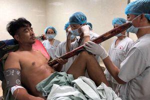 Nam thanh niên bị thanh sắt dài 3m đâm thấu ngực