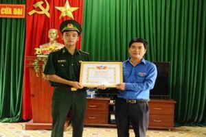 Trao bằng khen cho Trung úy biên phòng cứu học sinh đuối nước