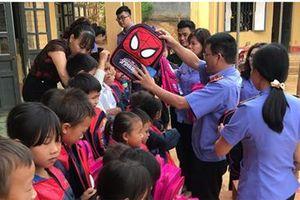 VKSND huyện Điện Biên hỗ trợ học sinh nghèo đến trường