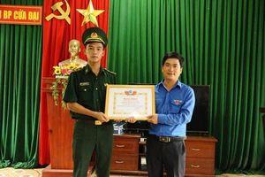 Trao bằng khen cho Trung úy bộ đội biên phòng cứu sống hai học sinh đuối nước