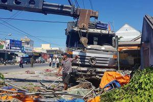 Xe tải lao vào quán nước mía, nhiều người bị thương