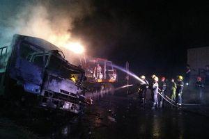 Hai xe tải bốc cháy dữ dội sau va chạm, hai người tử vong