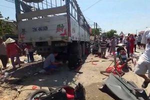 Xe tải mất lái lao vào quán nước mía, 5 người nhập viện