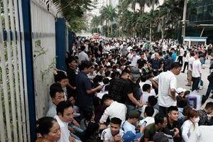 Người dân chen chân xếp hàng chờ xin visa Hàn Quốc