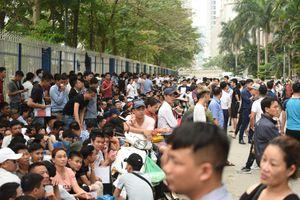 Hàng nghìn người xếp hàng từ đêm mong xin được visa Hàn Quốc