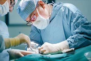 Ruột bắn ra ngoài sau khi cắt chỉ, bác sĩ bị người nhà bệnh nhân đánh