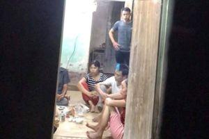 Cảnh sát ập vào ngôi nhà bắt giữ nhóm người đang đánh bạc
