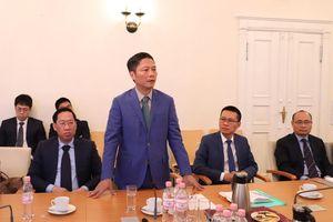 Bộ trưởng Trần Tuấn Anh gặp và làm việc với doanh nghiệp Việt kiều tại Đại sứ quán Việt Nam tại Đức
