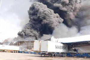 Đang cháy lớn tại KCN Sóng Thần 2, cột khói bốc cuồn cuộn hàng trăm mét