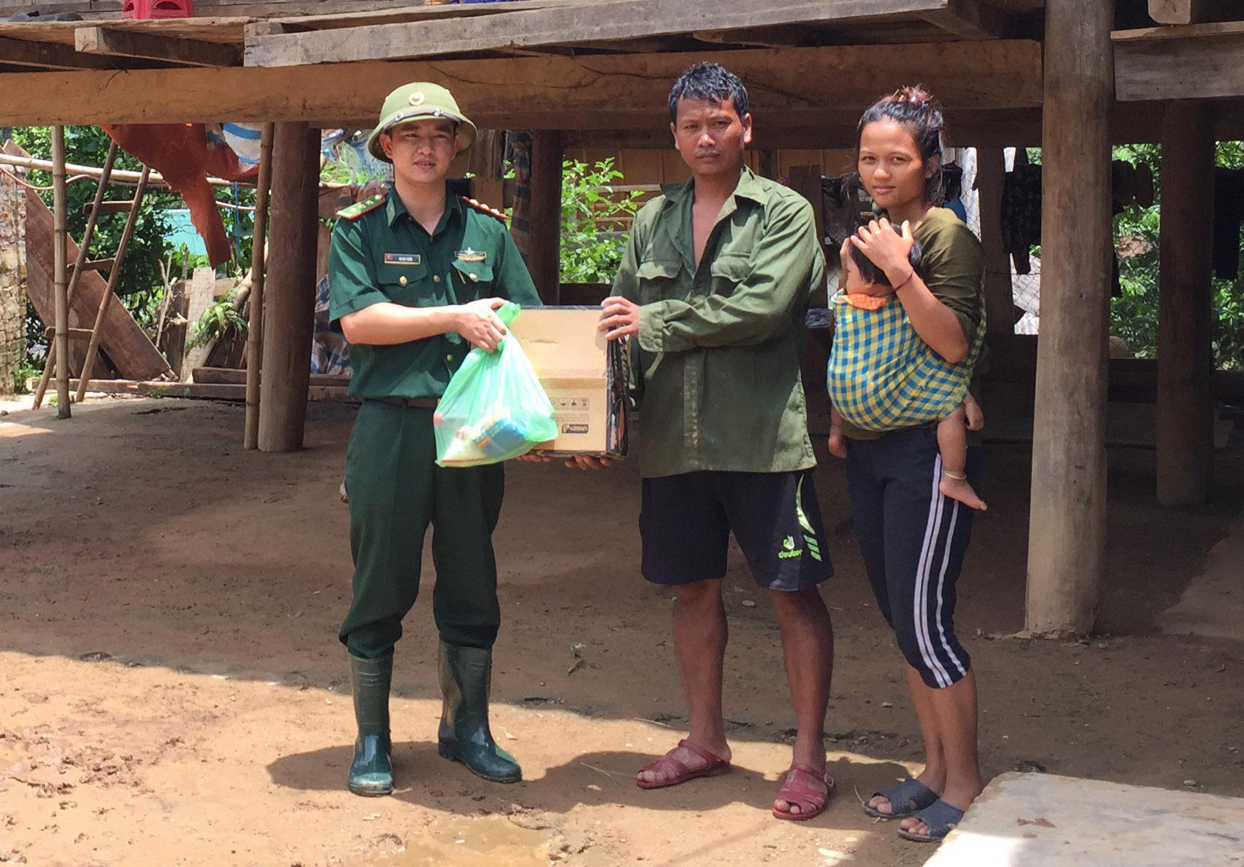 Vượt lũ, băng rừng cứu trợ đồng bào biên giới