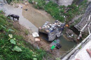 Xe tải chở trâu đâm gãy thành cầu lao xuống suối